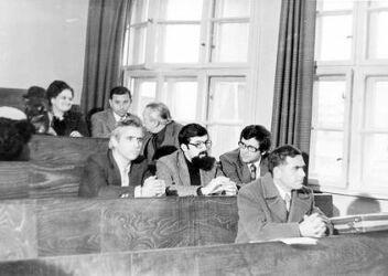 С група преподаватели в Медицинския институт във Варна на двуседмичен семинар по изучаване на марксизъм-ленинизъм, есента на 1977 г.
